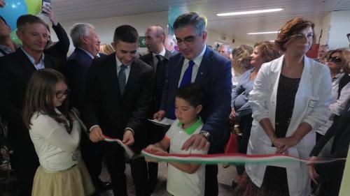 Il Presidente della Regione Abruzzo, Luciano D'Alfonso, e l'assessore regionale alla Programmazione sanitaria, Silvio Paolucci, tagliano il nastro all'inaugurazione della nuova Piastra ambulatoriale pediatrica nell'Ospedale di Chieti