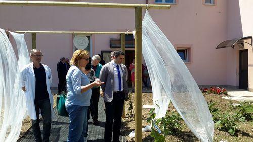 L'assessore regionale alla Programmazione sanitaria, Silvio Paolucci, alla presentazione dell'orto terapeutico nell'Hospice di Lanciano