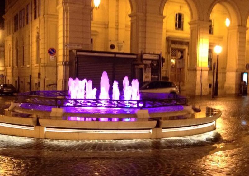 181116 - Fontana piazza Valignani si tinge di viola 1